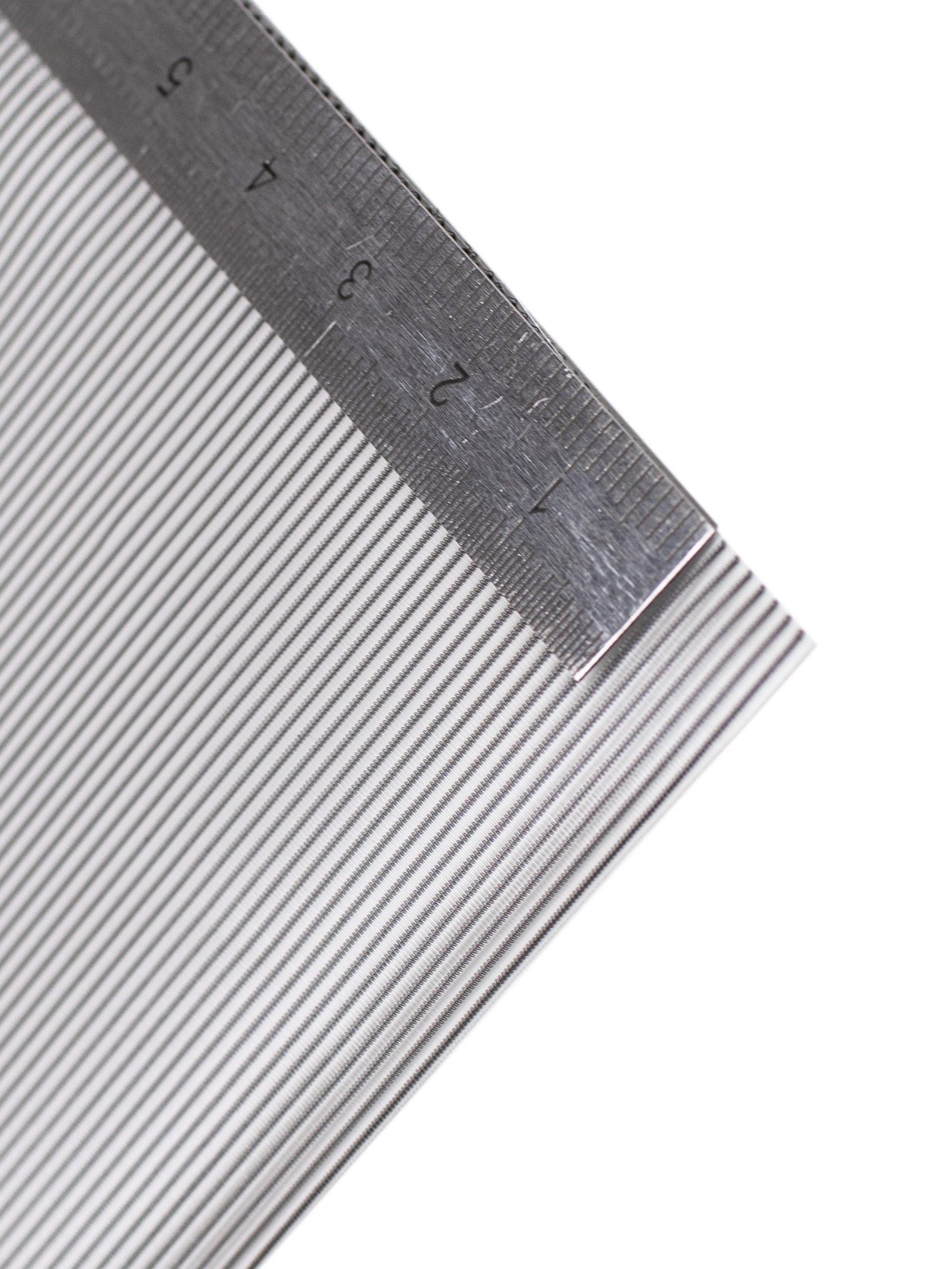 An der Kante des Textil Decolux 2508 silber liegt ein Maßband