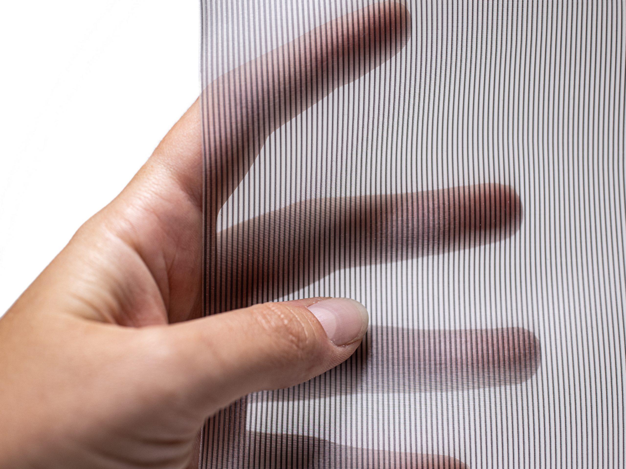 Das Textil Mood silber gehalten von einer Hand