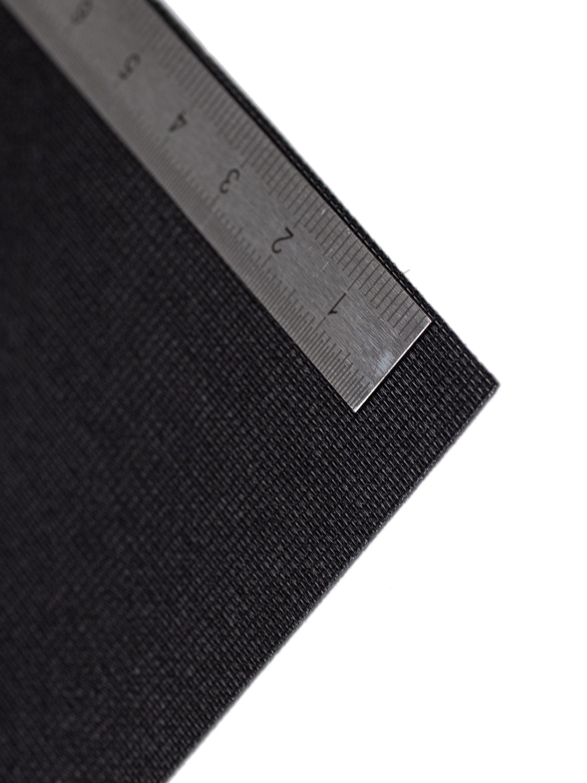 An der Kante des Textil Decolux 2507 schwarz liegt ein Maßband