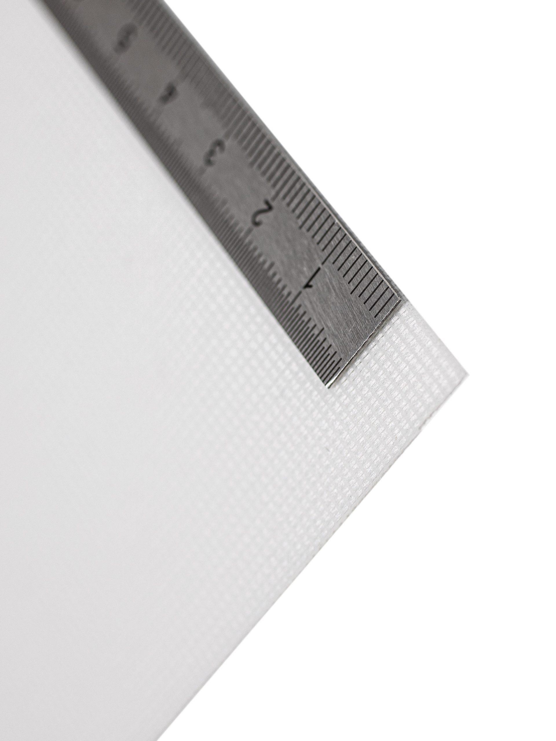 An der Kante des Textil Decolux 2508 weiß liegt ein Maßband