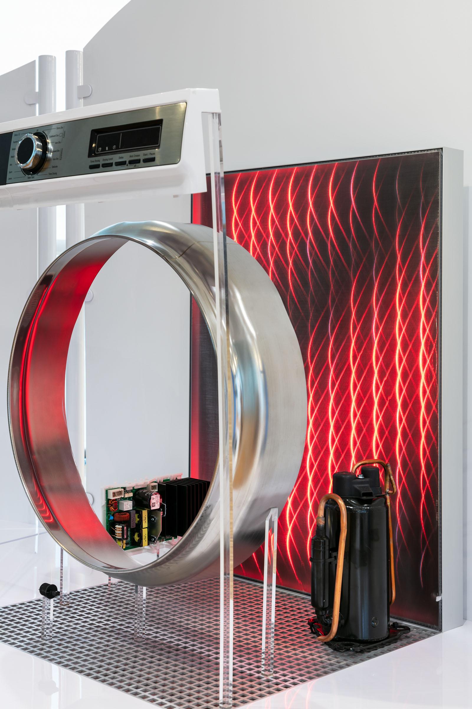 Leuchtende Effekte inszenieren Produkte in Ausstellungsbereich