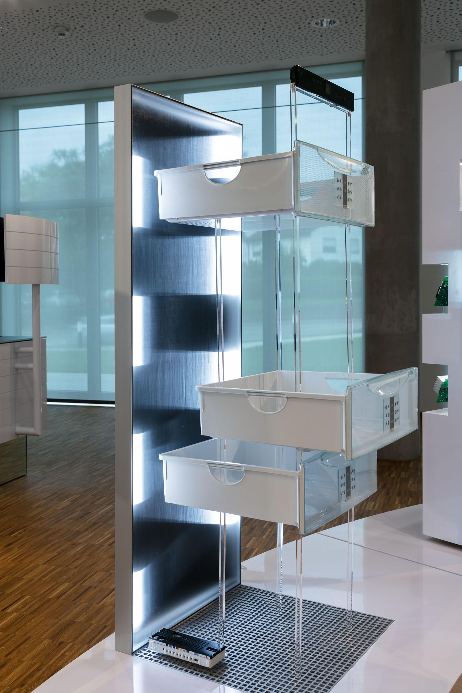 Alurahmen mit lichttechnischen Textilien im Showroom von E.G.O.