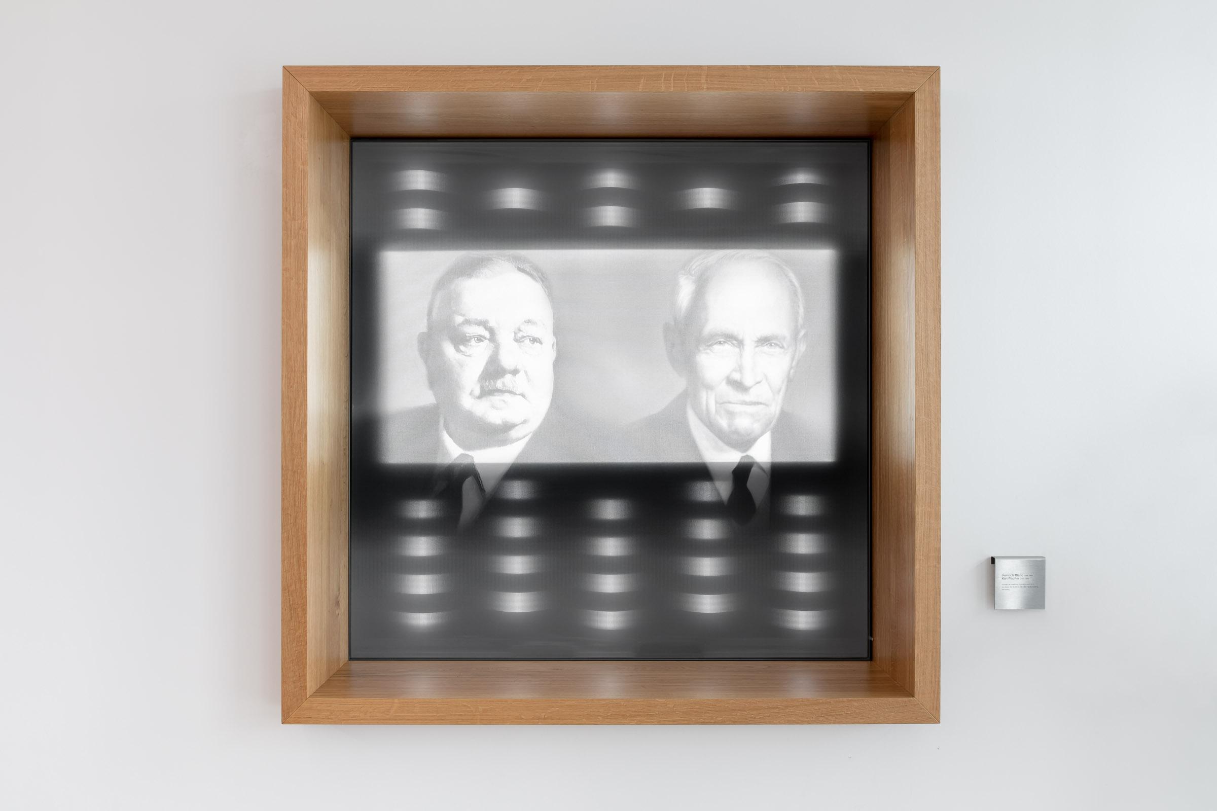 Wandrahmensystem in Holzoptik und mit bedruckten Lichttextilien