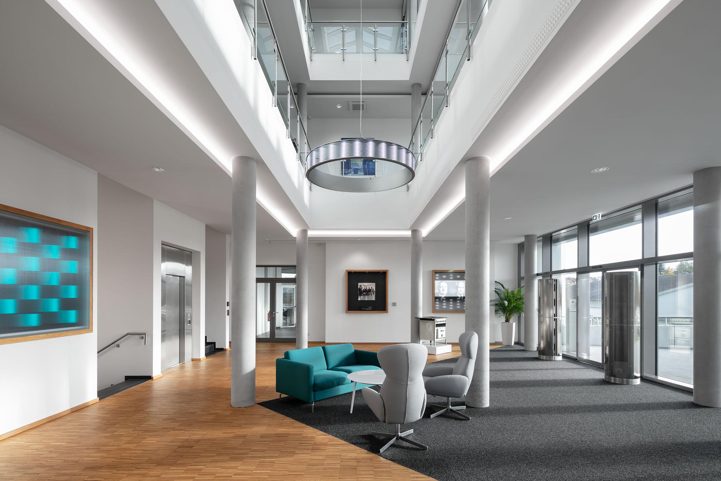 Leuchtelemente im Foyer eines modernen Firmengebäudes