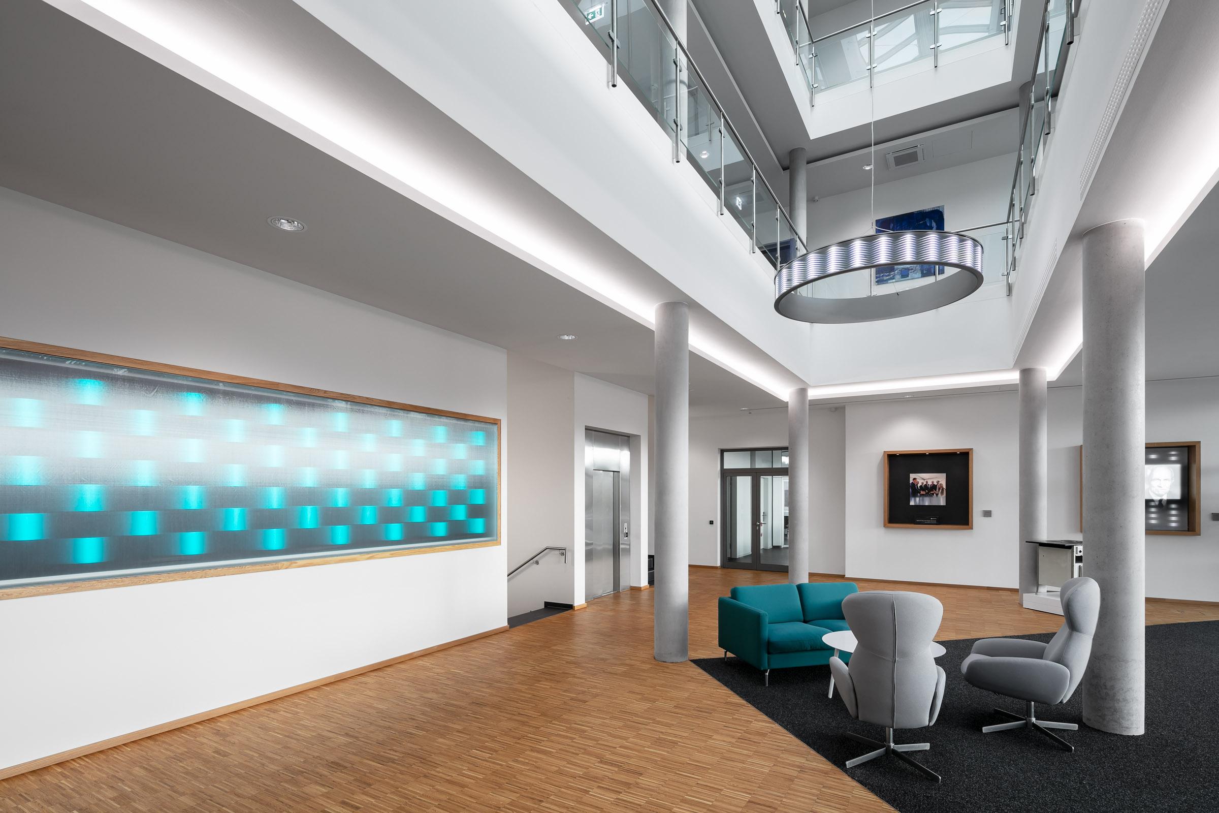 Textiler Leuchtrahmen im Eingangsbereich des Firmengebäudes von E.G.O.