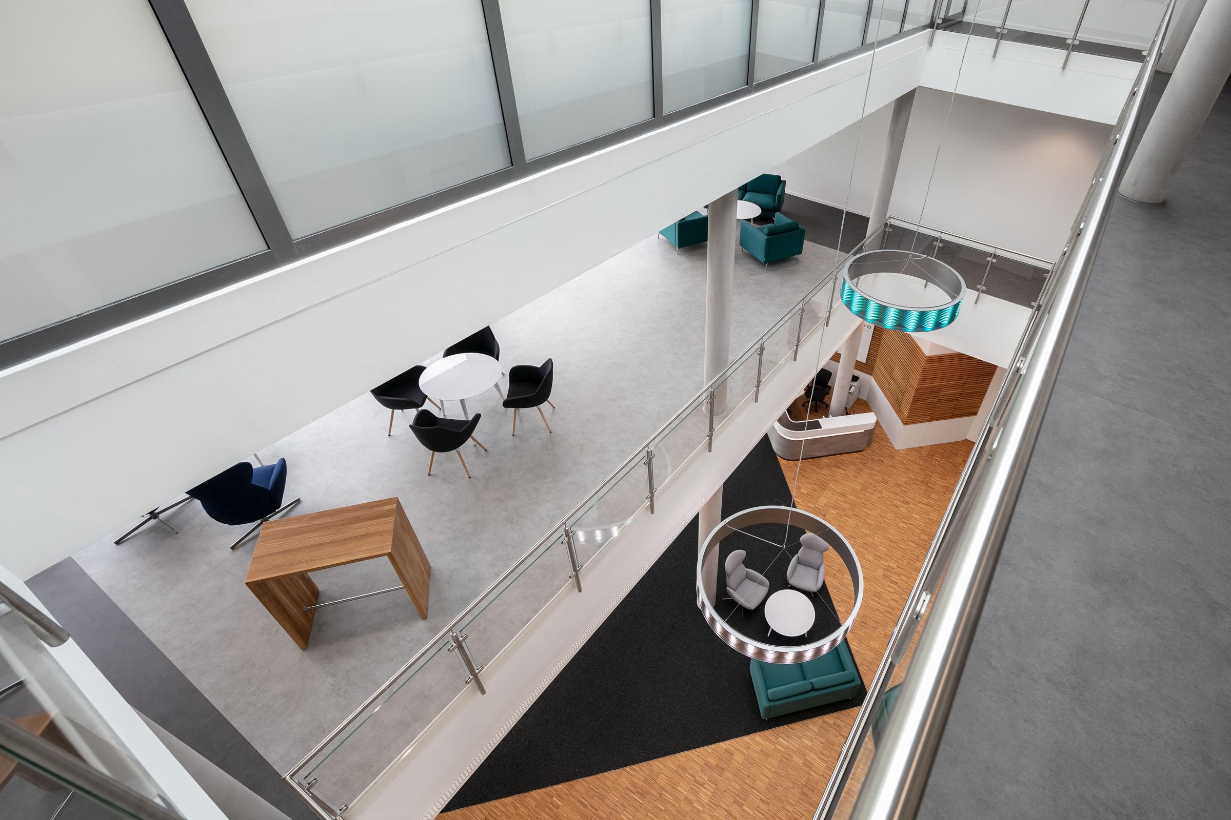 Ringleuchten mit bis zu 2 m Durchmesser in einem Foyer