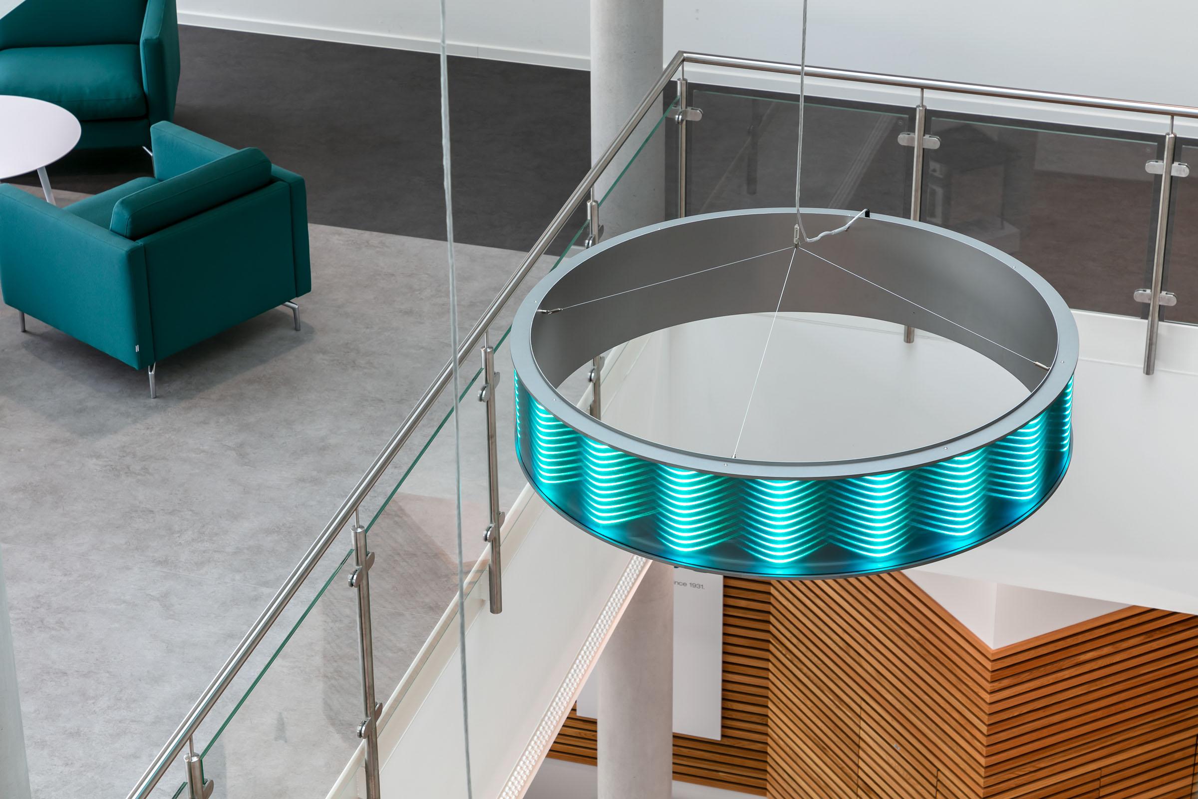 Maßgeschneiderte Ringleuchten in Edlestahloptik und mit farbigem Lichteffekt