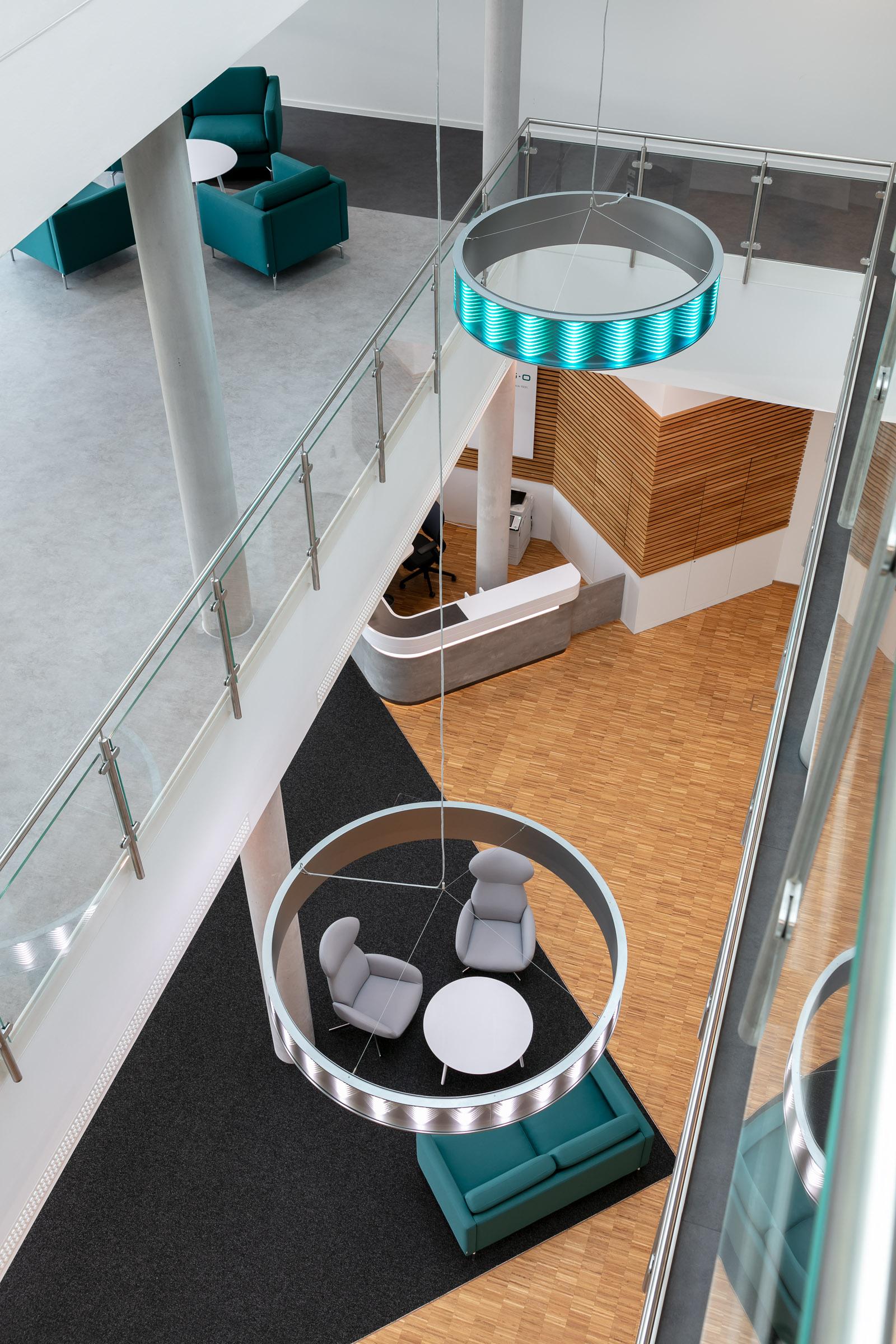 Ringleuchten im Eingangsportal eines Firmengebäudes