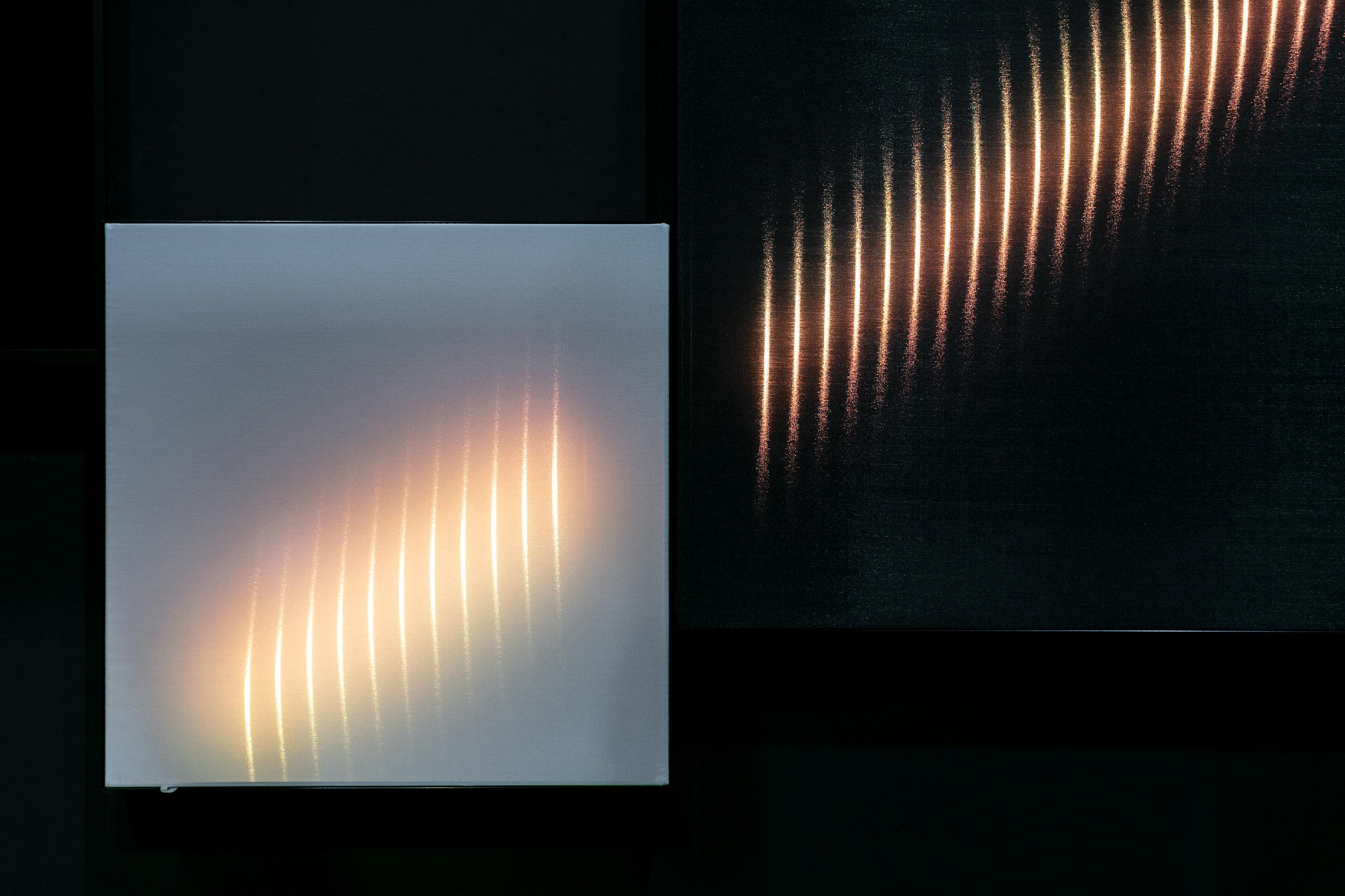 Lichtrahmen mit Textilien in schwarz und weiss