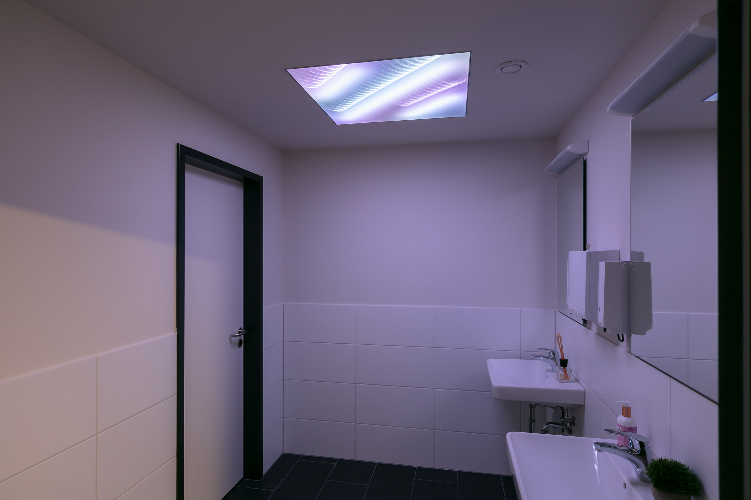 Teilweise textile Lichtdecke in Sanitärbereich weiß leuchtend
