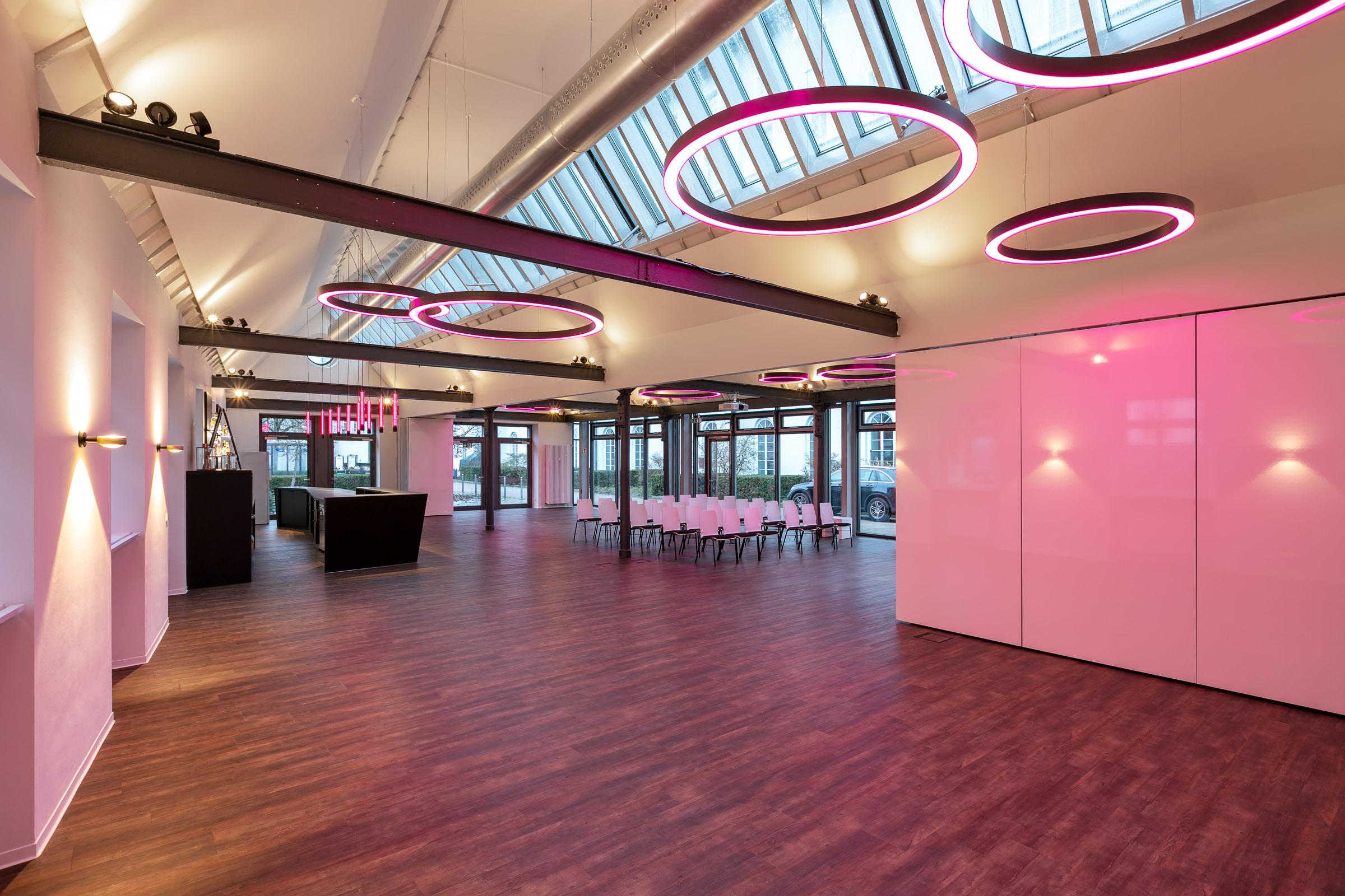 Pink leuchtende Ringleuchten in einem Konferenzsaal