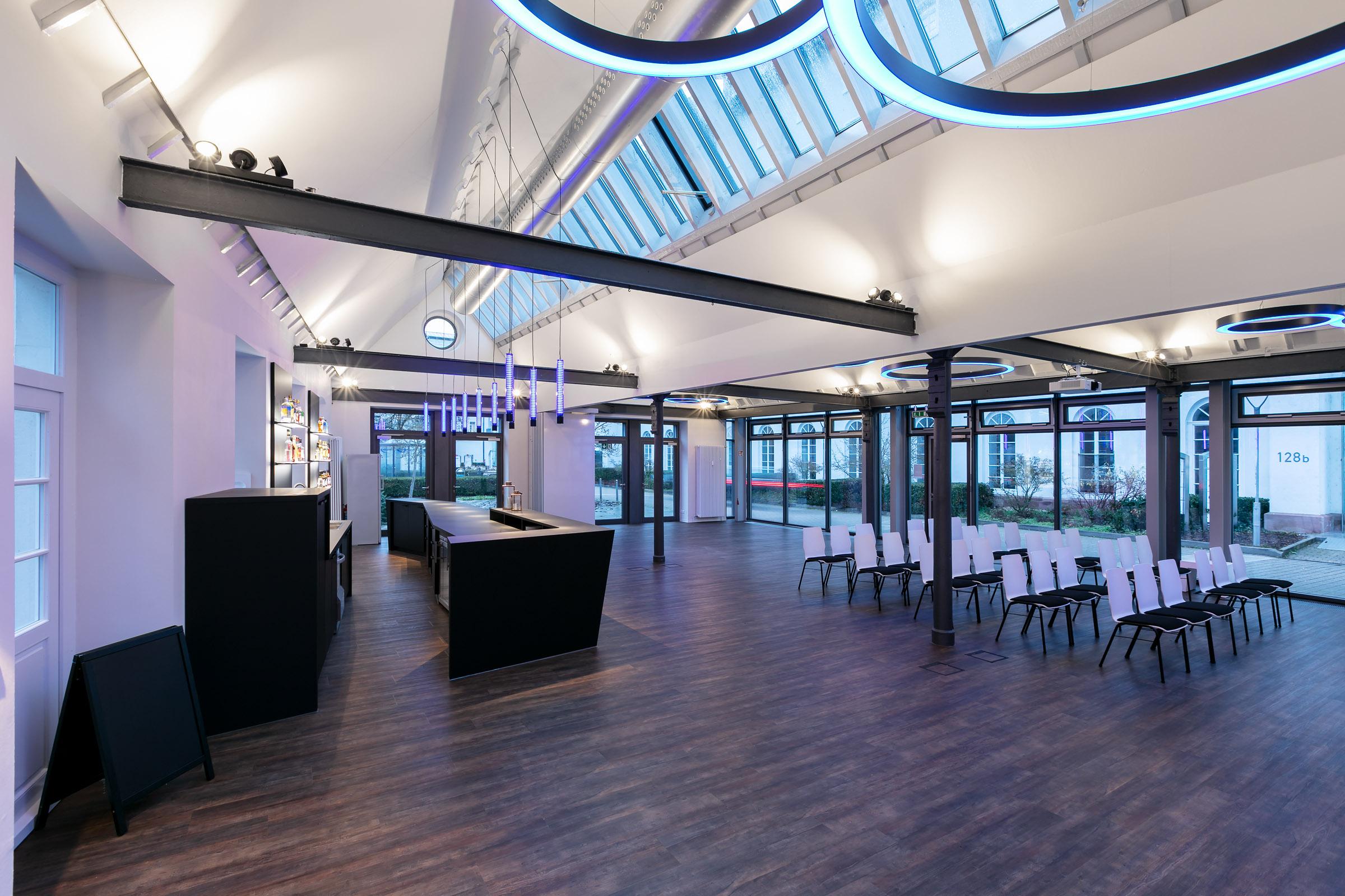 Ein Konferenzraum mit türkis leuchtenden Ringleuchten
