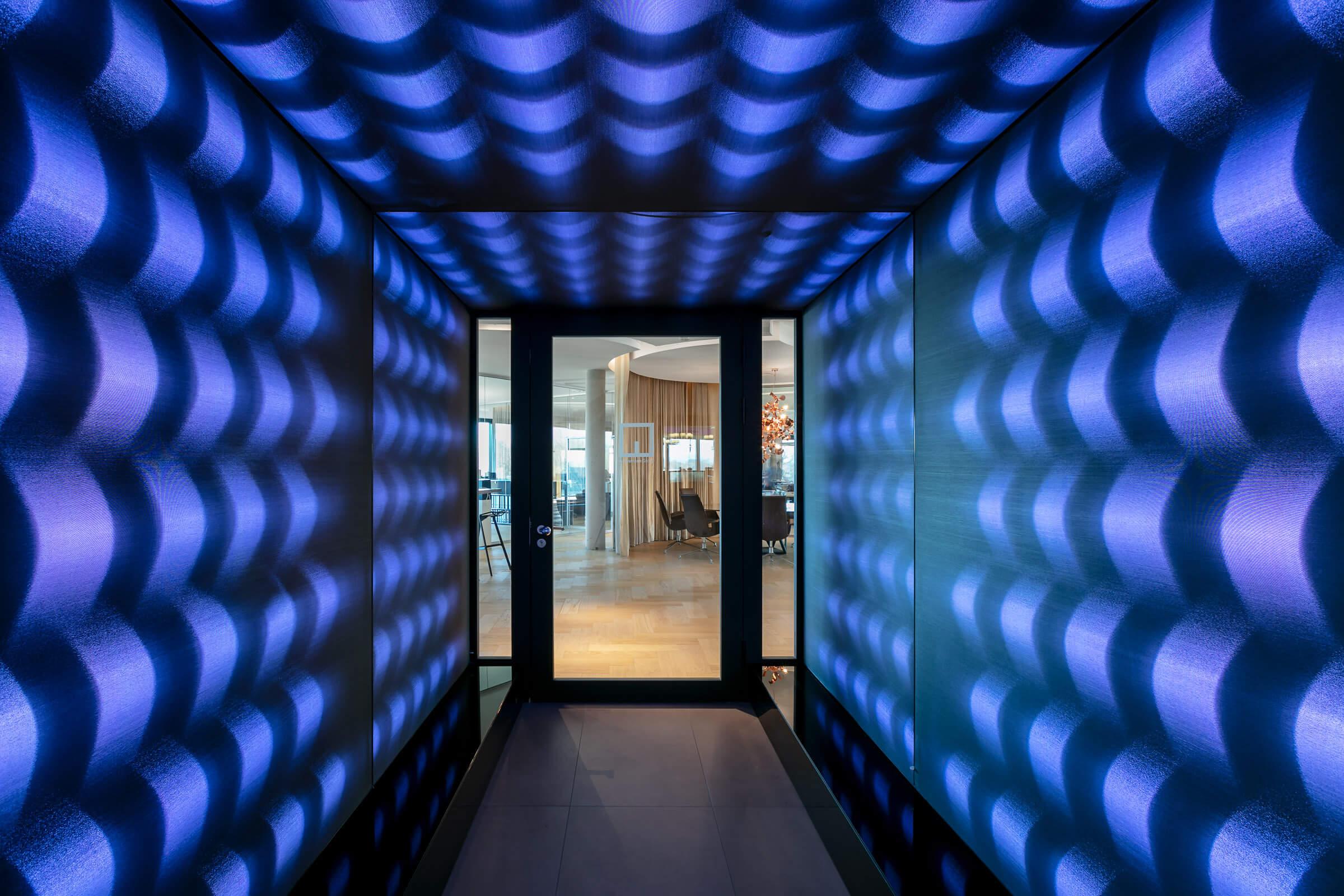 Blick auf eine Glastür im Eingangsbereich eines Leuchtrahmen Tunnels