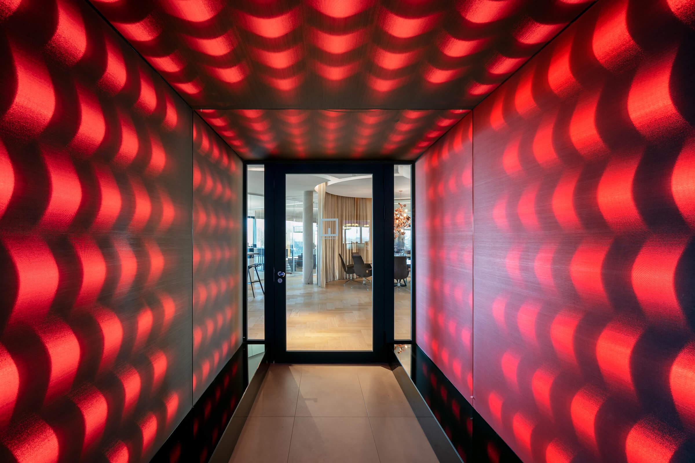 Ein Eingangsbereich mit rot leuchtenden LEDs im Leuchtkasten