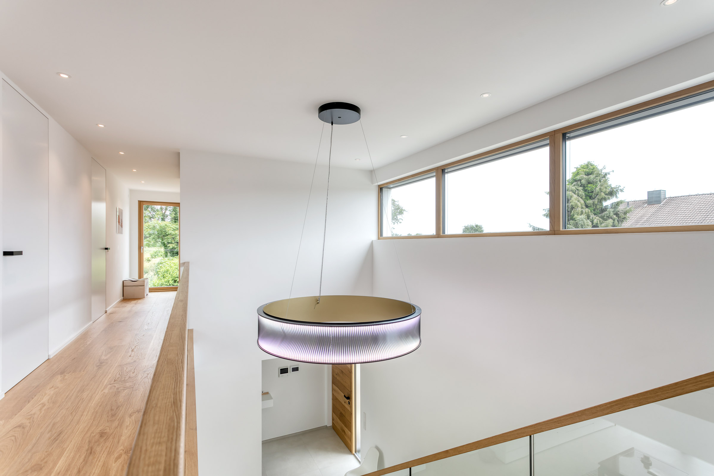 MATRIX Ringleuchte hängt an Decke im Treppenaufgang eines Neubaus.