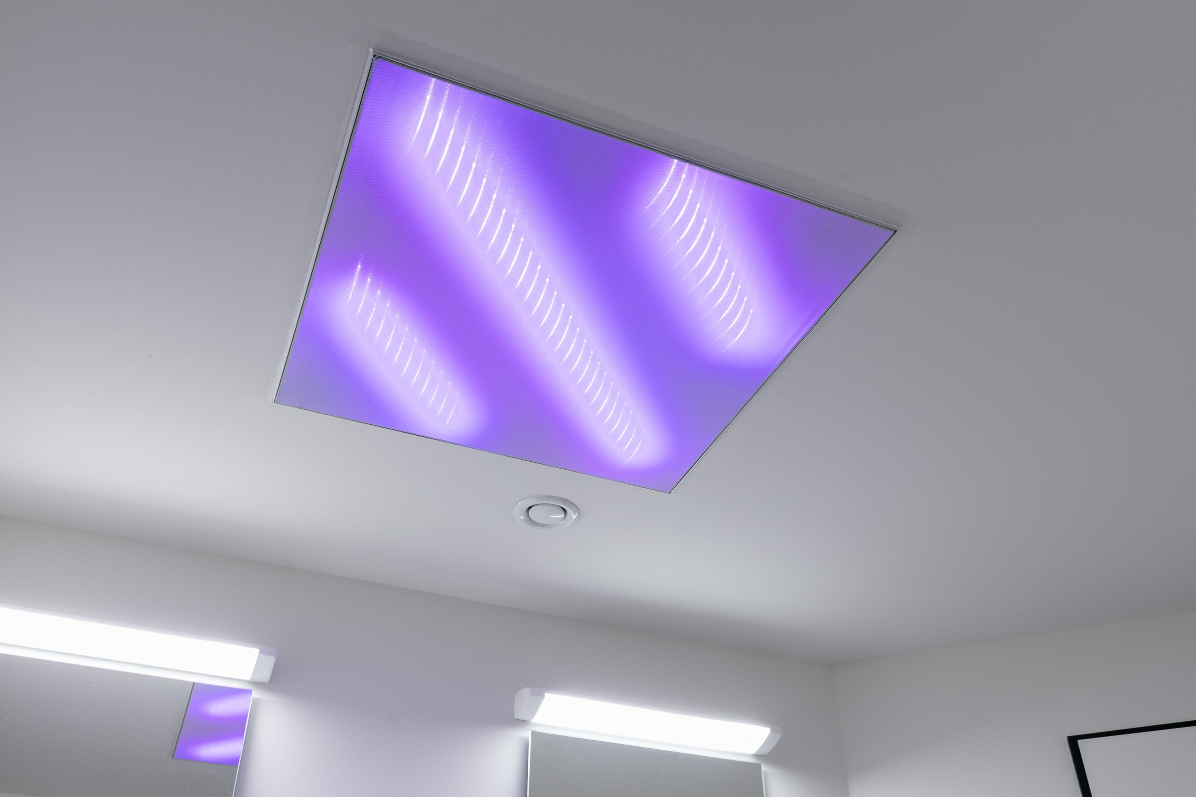 Eckige Deckenverkleidung mit LEDs und Textil in lila leuchtend