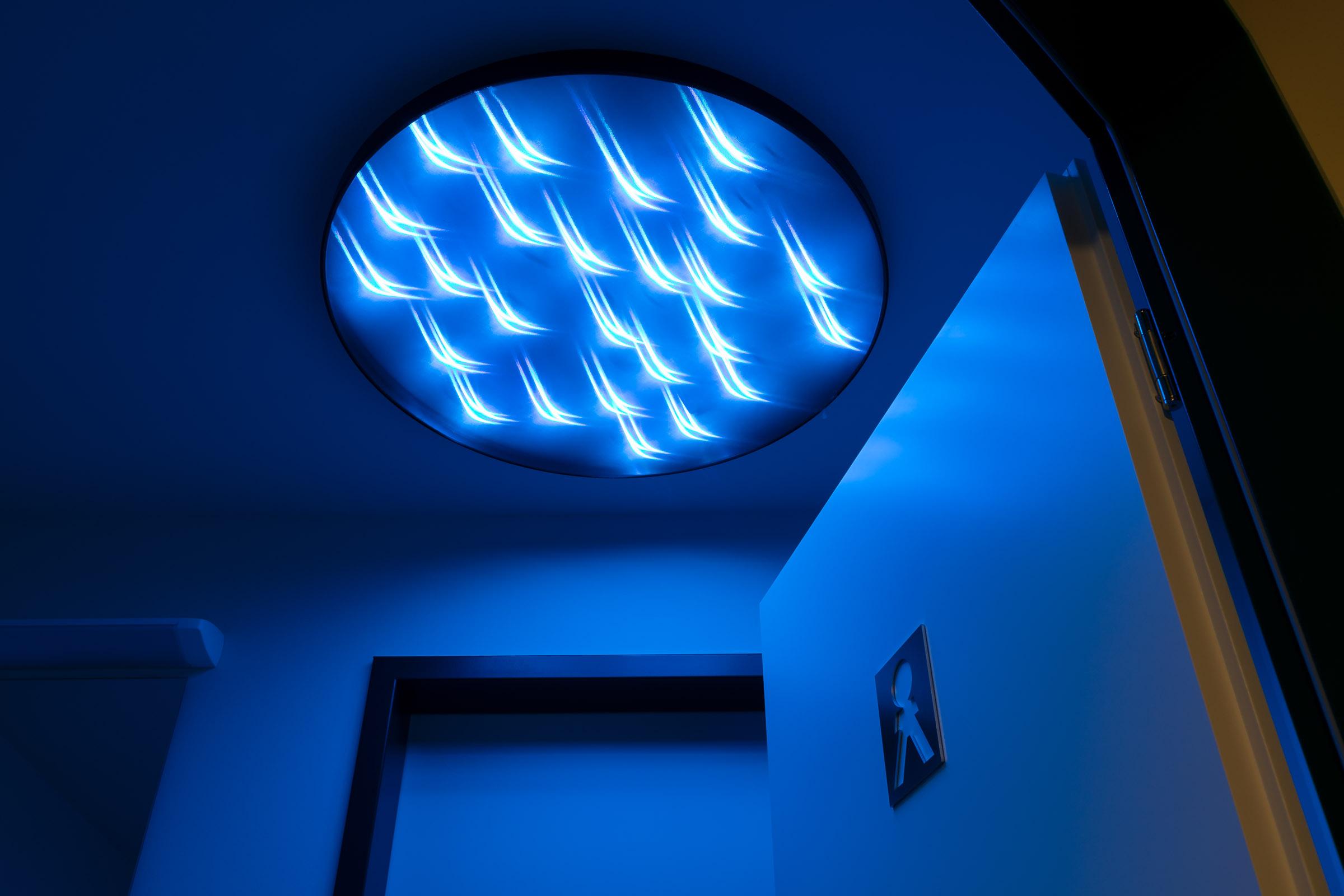Blaue LEDs in textiler runder Deckenleuchte