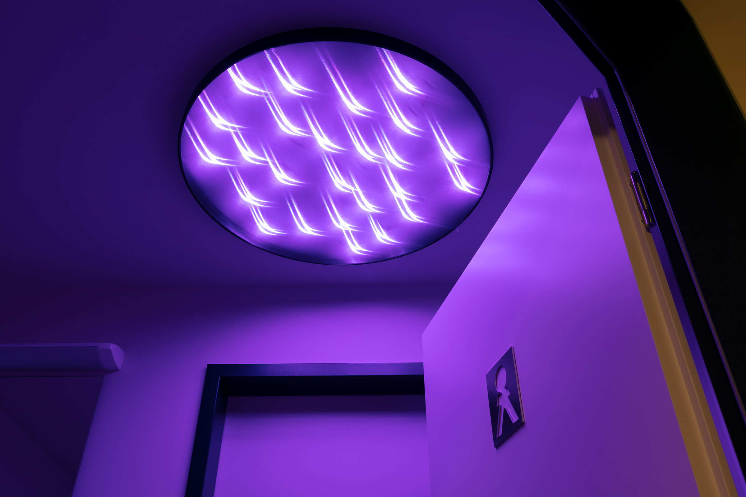 lila leuchtende textile Deckenleuchte im WC