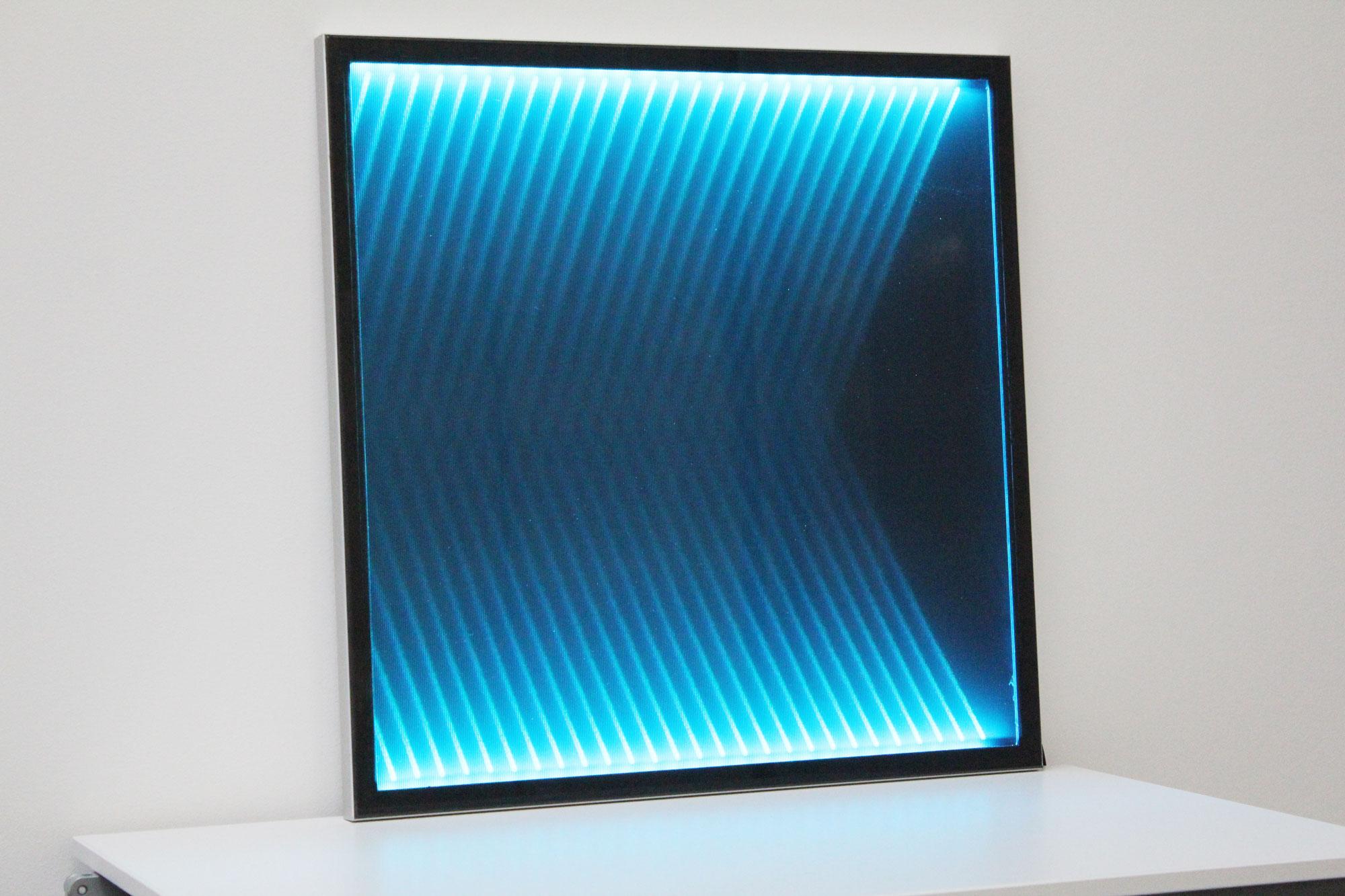Mood Textil im Glas laminiert mit blauem Lichteffekt
