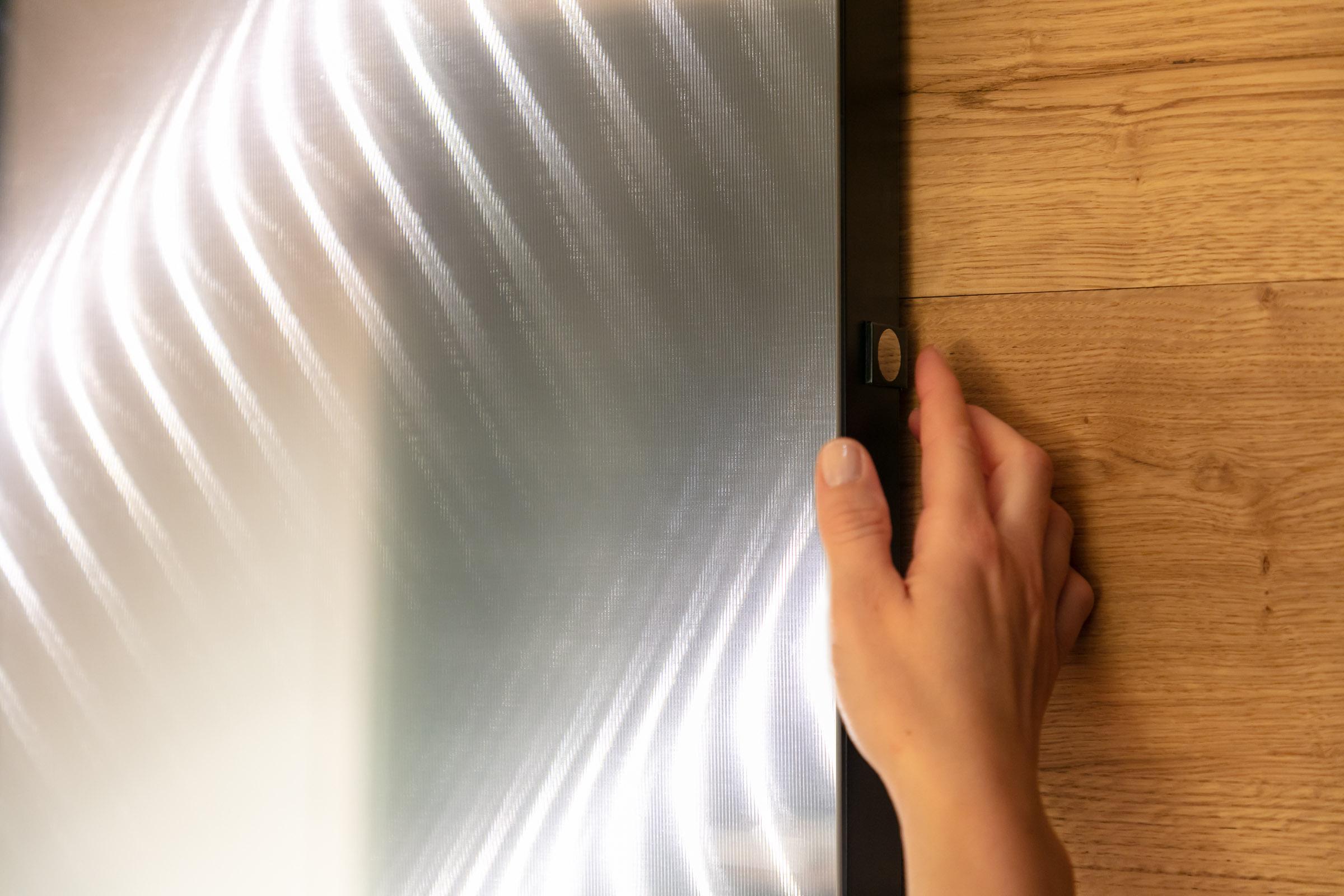 Wandspiegel wird mit Touchpanel ein- und ausgeschalten.