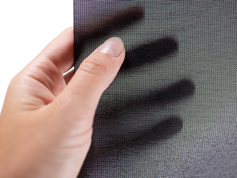 Das Textil Decolux schwarz gehalten von einer weiblichen Hand