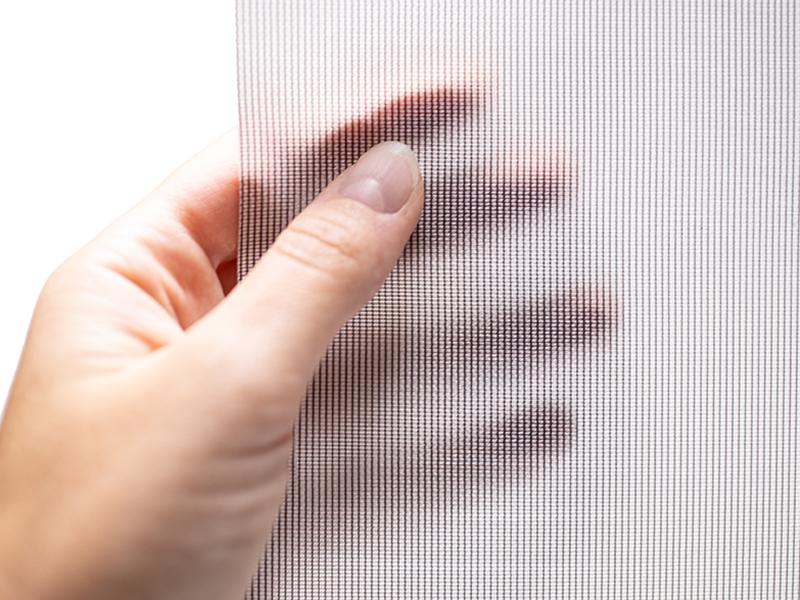 Das Textil Decolux hellgrau gehalten von einer weiblichen Hand